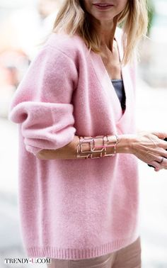 How To Wear Pink Sweater Winter Ideas Knit Fashion, Sweater Fashion, Fashion Looks, Winter Sweaters, Sweater Weather, Pull Rose, White Oversized Sweater, Pink Sweater, Pullover Mode