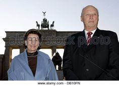 King Harald V of Norway and his wife Queen Sonja of Norway smile in front of Brandenburg Gate in Berlin, Germany, 15 October 2007. Accompanied by a delegation of government members and businessmen the Norwegian King and Queen are on a three day state visit to Germany. Photo: Rainer Jensen - Stock Image