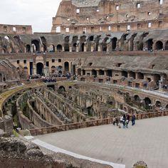 Скільки глядачів вміщував в себе Римський Колізей? 50,000 - 80,000 глядачів! Римський Колізей, за оцінками експертів, може вмістити від 50 до 80 тисяч глядачів, а середня кількість людей в залі становило близько 65 тисяч. Кількість глядацької аудиторії можна порівняти з аудиторією на сучасних футбольних стадіонах.