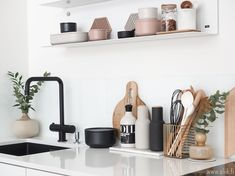 A minimalist kitchen is easy to clean and maintain. It looks chic and in tune with modern interior décor. Metal Shelves, Open Shelving, Glass Shelves, Kitchen Sink Accessories, Home Accessories, Minimalist Kitchen, Minimalist Decor, Minimalist Living, Finland