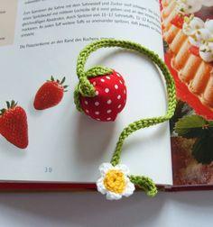 Lesezeichen mit Stoff-Erdbeere und Erdbeerblüte.   Ein schönes Mitbringsel für kleine und große Leseratten.  Aber auch geeignet zur Dekoration von ...