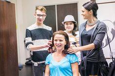 V kaderníckom salóne PIEROT v Polus City Center upravili jej kvalitné, husté vlasy do pohodlného  a moderného účesu, ale hlavne vybrali novú tmavo-bordovú farbu a vynovili strih.