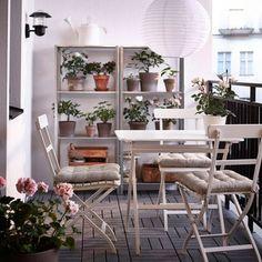 テーマカラーを合わせて、スペースに余白を作るインテリアがシンプルだけどとても落ち着ける空間に。観葉植物も、シェルフにまとめておけばかなりスッキリした印象になります。