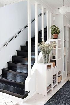Suojeltu omakotitalo Helsingin Kumpulassa vaati piinaavan pitkän remontin ennen nykyistä loistoa - Deko Decoration, Entrance, Arch, Stairs, Home Decor, Deco, Decor, Entryway, Longbow