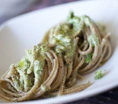 Ingredienti: 50 g di pistacchi al naturale,1 ciuffo di prezzemolo,100 g di pecorino mediamente stagionato,olio,sale,pepe,240 g di linguine