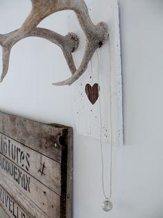Steigerhouten achterbord met eigen gespoten letters erop (oude stijl?), wit plankje / hout look met gewei