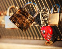 #love #couple #Paris #bridge #lock with the shape of an #heart #red #amour #France #beautiful #warm #feeling #StraigtOfLR #100mmmacro #canon5d #canon #5dmk2 #lightroom #bokeh