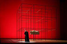 La scenografia, di grande essenzialità, è di GiulioPaolini, uno dei maggiori artisti concettuali viventi.    [hr]TeatroSanCarlo,DieWalküre[hr]