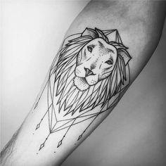 Tatuagens Femininas Linework e Pontilhismo Leão no BraçoTattoo Melina Wendlandt