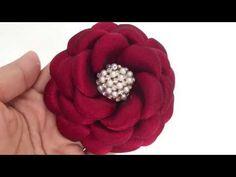 Materiais Qualquer tecido sintético da sua preferência Linha e agulha Cola fria da sua preferência Botão bombe 2.5cm N°28 Máquina de corte Miolo e aplique da...