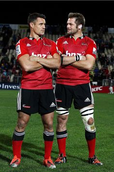 Richie Mccaw Photos - Dan Carter (L) and Richie McCaw (R) pose after the round 13 Super Rugby match between the Crusaders and the Reds at AMI Stadium on May 2015 in Christchurch, New Zealand. - Super Rugby Rd 13 - Crusaders v Reds All Blacks Rugby Team, Nz All Blacks, Rugby League, Rugby Players, Rugby Rules, Richie Mccaw, Dan Carter, International Rugby, New Zealand Rugby