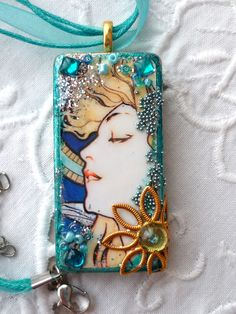 domino pendant via Paula Rodrigues via Diana Melvin. Old Jewelry, Resin Jewelry, Jewelry Crafts, Jewelry Art, Handmade Jewelry, Jewelry Making, Jewelry Ideas, Jewellery, Pendant Jewelry
