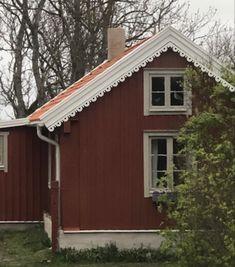 Roof Trim, Scandinavian Cottage, House Trim, Trim Work, Vinyl Siding, Cabins, Tiny House, Building A House, Sweet Home