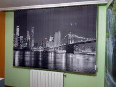 Impresionante skyline del puente de Brooklyn en una cortina de lamas verticales. Una gran forma de crear un espacio único Cozy Place, Skyline, Places, Painting, Art, Shape, Vertical Blinds Cover, Windows, Curtain Shop