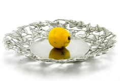 Plate / Tray – Ivy Hand worked and pierced with ivy leaves is a beautiful container, great for fruit, bread and all you'll want to focus on an important table. The brilliant finish will give a pleasant feeling to your home decor #artigianato #peltro #plate #madeinitaly #table#piatto #tavola #pewter