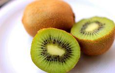 Het schillen van een kiwi is nog nooit zo makkelijk geweest met dit trucje. En het…