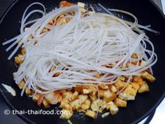 Pad Thai Senjan Reisnudeln Thai Recipes, Noodles, Spaghetti, Chicken, Meat, The Originals, Food, Pad Thai Recipes, Rice Noodles