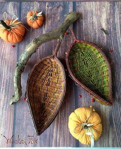 Newspaper Basket, Newspaper Crafts, Paper Weaving, Weaving Art, Willow Weaving, Basket Weaving, Farm Crafts, Diy And Crafts, Pine Needle Crafts