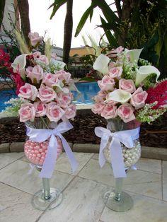 Valor unitario de cada arranjo R$ 230,90 Lindo este arranjo com 300 gramas de perolas dentro da taca, perolas na cores branco & rosa, voce escolhe! Composto por rosas, copos de leite,caracóis, folhagens verdes ,mosquitinhos e muito mais, numa taça de vidro com pérolinhas dentro do vaso! muito requinte nos detalhes para este belo arranjo! Perfeita e harmoniosa combinação de de cores! Rosas e flores em e.v.a material perfeito pois imita o toque aparência e textura de uma flor ...