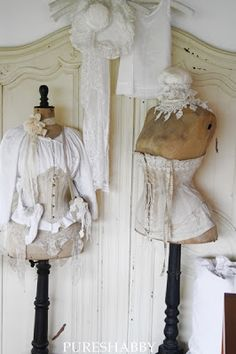 Love the old corsets Style Shabby Chic, Shabby Chic Vintage, Chabby Chic, Shabby Chic Decor, Old Dresses, Vintage Dresses, Vintage Outfits, Vintage Fashion, Vintage Corset