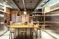 wohnküche einrichtung edelstahl kochinsel holz industrieller chic