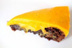Åh, äntligen kan vi börja planera lite julbakning på allvar. Den här kakan är det godaste ever, alltså på riktigt. I alla fall om du gillar saffran och choklad. Den här kombon är liksom HELT magisk. En kladdkaka med saffransfudge uppepå är en riktig höjdare! Kladdkaka med saffran och vit chokladfud