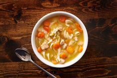 This Homemade Chicken Noodle soup can be ready in just 20 minutes. This hearty soup has tender egg noodles, juicy chicken, all healthy veggies. Best Soup Recipes, Chicken Recipes, Healthy Recipes, Chicken Noodle Soup, Delicious Recipes, Favorite Recipes, Broccoli Chicken, One Pot Chicken, Cat Recipes