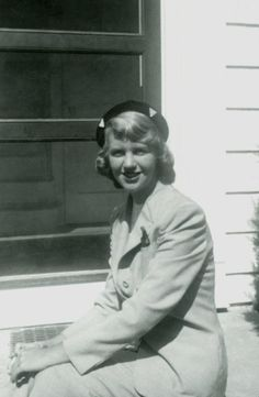Sylvia Plath was an American poet, novelist, and short story writer. Born in Boston, she studied at Smith College and Newnham Co. Writers And Poets, Sylvia Plath Quotes, Smith College, College Girls, College Campus, Story Writer, American Poets, First Photograph, Famous Women