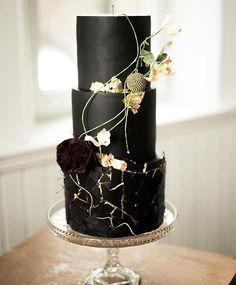 37 eye-catching wedding cake - Chic black wedding cake with gold accents