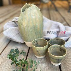 Vasen und Becher in grün. Eine tolle Farbe für den Frühling... weißer Ton bei 1220 ° gebrannt. Erhältlich im Onlineshop #töpfernmachglücklich #handmadepottery Shops, Coconut, Fruit, Stoneware, Vases, Tumblers, Clay, Decorating, Simple