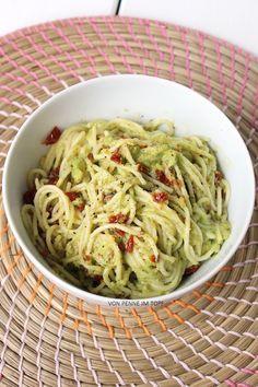 {vegan} Cremige Avocado-Pasta mit getrockneten Tomaten 250 g Spaghetti 2 reife Avocados 3-4 Knoblauchzehen 2 El Zitronensaft 100 g getrocknete Tomaten (in Öl eingelegt) Salz, Pfeffer Olivenöl