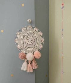 The dream filter, also known as dream catcher, is an amulet of North American indigenous culture, created by the Ojibwe tribe. Crochet Diy, Crochet Wall Art, Crochet Wall Hangings, Crochet Home, Doily Dream Catchers, Dream Catcher Decor, Dream Catcher Boho, Dreamcatcher Crochet, Crochet Mandala