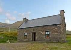 This detached holiday cottage is situated in the rural townland of Ballinknockane, miles from Dingle in County Kerry, Cottages By The Sea, Beach Cottages, Country Cottages, Irish Beach, Irish Cottage, Bungalow House Design, Best Vacations, Ideal Home, Catering