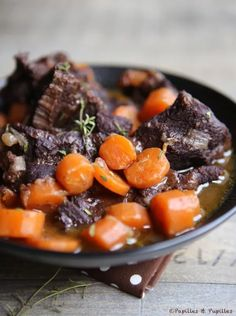 Daube de joue de boeuf aux carottes et vin rouge Beef cheek stew For 6 people 3 beef cheeks (about kg) 1 kg of carrots 1 onion 1 tablespoon of flour 1 bay leaf 5 sprigs of thyme 50 g of butter 500 ml of red wine 500 ml beef broth (reconstituted with a. Egg Recipes, Wine Recipes, Healthy Recipes, Beef Cheeks, Healthy Family Dinners, Deviled Eggs Recipe, Party Food And Drinks, English Food, Pot Roast
