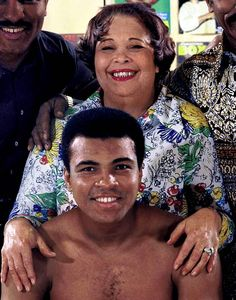 Muhammad Ali & his mother Odessa Lee Clay (née Grady) – Mother of World Heavyweight Champion Muhammad Ali, Rudolph Valentino Clay, now Rahman Ali & grandmother of Laila Ali. She married Cassius Marcellus Clay, Sr. Muhammad Ali, Sports Illustrated, Billy Holiday, Laila Ali, Kentucky, Float Like A Butterfly, Black Celebrities, Celebs, Black Families