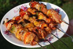 Heerlijk gemarineerd vees geregen aan een spies met stukjes spek, ui en paprika en geroosterd op de barbecue, ik ben dol op zelfgemaakte shaslick!
