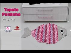 Na aula de hoje a Professora Simone ensina a confeccionar o Tapete infantil Peixinho em crochê ▶ INSCREVA-SE: http://goo.gl/mcBQT2 ▶ Facebook: http://www.fac...