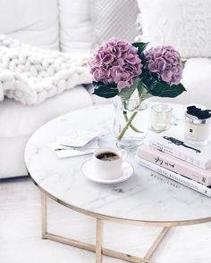 Wunderschöne Blumen auf einem noch viel schöneren Couchtisch! Marmor ist Magie, denn nicht umsonst ist das Material seit der Antike Liebling von Kunst und Interior. Doch anstelle des empfindlichen Natursteins ist Couchtisch ANTIGUA aus einer pflegeleichten Glasplatte in Marmor-Optik gefertigt. Das perfekte Trend-Match zum angesagten Stein: Messing! // Wohnzimmer Couchtisch Sofa Teppich Weiss Schwarz Blumen Flowers Kissen Rosa Pink Bühcer Deko Chunky #WohnzimmerIdeen #Couchtisch @duni_cheri