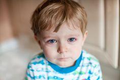 Ako odhaliť príčinu zlosti, keď sa z vášho roztomilého dieťaťa stane malý agresor? Ako pomôcť dieťaťu zvládnuť jeho emócie, aby ich dávalo najavo prijateľným spôsobom? Dá sa vyvarovať dráme, plaču a kriku? Aká forma výchovy dokonca prehĺbi váš vzájomný vzťah?