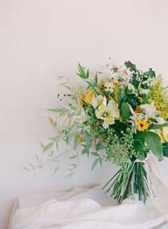 Yellow and Gold Sun Drenched Wedding Ideas | Wedding Sparrow | Carrie King Photography