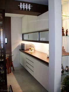 A divisória, com nichos decorativos, ao lado da cozinha foi feita em drywall. Projeto da designer Nicea Gaeta Mendes.