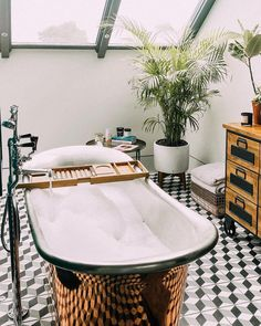 Superstar vlogger Zoella, real name Zoe Sugg, offered fans a look inside the Brighton home she shares with boyfriend Alfie Deyes, a fellow vlogger, Diy Home Decor Rustic, Modern Rustic Decor, Home Interior, Modern Interior Design, Interior Decorating, Bathroom Interior, Brighton Houses, Beautiful Bathrooms, My New Room