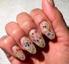 Minimal & lovely floral nails.