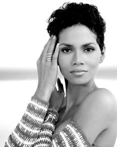 Halle Berry American actress and former fashion model by Timothy White Halle Berry Style, Halle Berry Hot, Halle Berry Short Hair, Beautiful Black Women, Beautiful People, Beautiful Eyes, Beautiful Pictures, Hally Berry, Poses Modelo