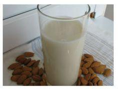 Mleko od badema. Sastojci su sirovi bademi i voda.