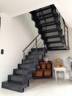 Escalier métallique double quart tournant par palier - marche et contre marche en tole avec motifs laser - finition acier brut #escalier #sur-mesure