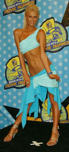 """This picture of Paris when she showed up to the 2003 MTV Movie Awards in an iconic """"outfit"""" and one hell of a spray tan. 23 Pictures Of Paris Hilton That Are So 2003 It Hurts Mtv Movie Awards, Celebrity Outfits, Sexy Outfits, Celebrity Style, Sugar Baby, Christina Aguilera, Top Turquoise, Rich Girls, Hotel Des Invalides"""