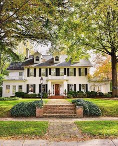 Inspiring homes and facades - Part 1 Inspiring homes - Reminds us of the house from Father of the Bride! Traditional white historic colonial style home with dormers, black shutters, brick walkway. Colonial House Exteriors, Colonial Exterior, Colonial Style Homes, Dream House Exterior, Exterior Design, Colonial House Plans, Cafe Exterior, Exterior Houses, Exterior Paint