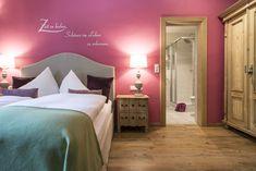 Waldruhe - Bett, Frühstück & ein Lächeln Pink Room, Rental Apartments, Bed And Breakfast, Room Interior, Ideal Home, Condo, Vacation, House, Rooms