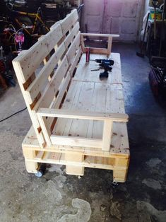 DIY Sofas and Couches - Pallet Wooden Sofa On Wheels - Easy and Creative Furniture and Home Decor Ideas - Make Your Own Sofa or Couch on A Budget - Makeover Your Current Couch With Slipcovers, Paintin (Diy Furniture On A Budget) Diy Pallet Sofa, Diy Sofa, Diy Pallet Furniture, Diy Pallet Projects, Pallet Ideas, Furniture Projects, Cool Furniture, Wood Projects, Outdoor Furniture